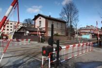Náchod - nádraží, pohled na staré šraňky a budovu bývalé vodárny, 25.2.2012  IMG_4642