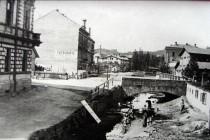 Původní koryto Radechovky, stav konec 19. st., vlevo hotel Itálie, foto - archiv náchodského muzea