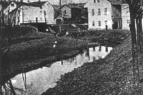 Říčka Radechovka poblíž ústí do Metuje, stav před regulací (20. léta 20.st.), v pozadí železniční viadukt u Itálie, foto - archiv náchodského muzea