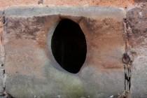 Chudší statky mají kamenné psí boudy velmi strohé... Křinice