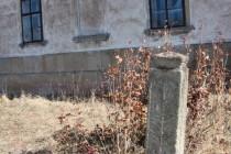 Zdobeny kamenný plotní sloup, Hejtmánkovice IMG_5857