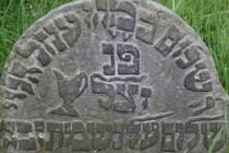 Konvice na stéle symbolizuje příslušnost k levitům. Značná velikost použitého písma je typická pro židovské hřbitovy hlavně z oblasti východních Čech