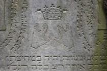 Detail kohenitského náhrobku se symbolem žehnajících rukou a korunou moudrosti