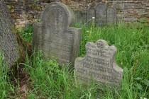 Židovský hřbitov Velká Bukovina - tvarově rozmanité stély z 18. století