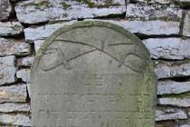 Výjimečně se objevují i jiné symboly. Na náhrobku padlého vojáka z r. 1866 z doby rakousko-pruské války jsou například zkřížené šavle.