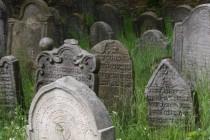 Židovský hřbitov Velká Bukovina - cenné barokní stély