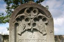 Detail kohenitského náhrobku se symbolem žehnajících rukou