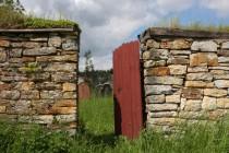 Na hřbitov chráněný krásnou opukovou zdí se vstupuje malou brankou ...