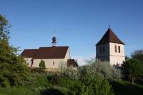Na dobenínský kostelík je hezký pohled ze svěch stran...