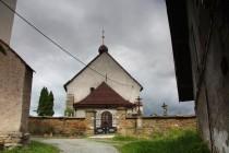 Pohled na čelní štít kostela s obrannou střílnou