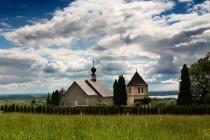 Krásný starobylý kostelík svatého Václava na Dobeníně byl založen na zemské stezce do Polska poblíž průsmyku Branka. Jsou od něj užasné výhledy do české kotliny ...
