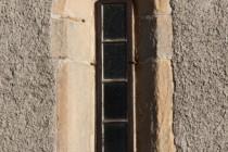 Úzká gotická okna dokládají obrannou funkci kostela