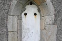 Zazděné gotické okno s 3 pruskými šrapnely jako upomínkou na boje v r. 1866