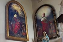 """Hellichovy obrazy svatého Václava s přemyslovským sněmem v pozadí. Originál poničený pruským dělostřelectvem je vlevo, vpravo je mladší """"kopie"""""""