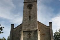Průčelí kostela s přestavenou hranolovou věží