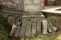 Kamenné sloupky ze zrušených hrobů