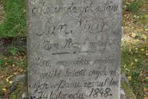 Nejstarší náhrobní kameny jsou ještě s češtinou ...