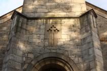 Krásná kamenická práce v průčelí kostela