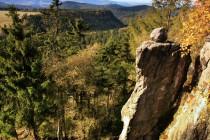 Pohled z Boru směrem na jih k lázním Kudowa Zdroj. V této části Gor stolovych převažují úživnější opuky a tak jsou strmé stráně porostlé krásnými bučinami.