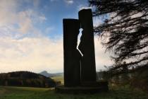 Masakru na Bukové hoře dnes připomíná mohutný pískovcový pomník. Jde o jeden z nejpodařenějších příkladů land-artu u nás.