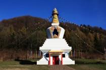 Stúpy jsou jakousi budhistickou obdobou našich kapliček a obvykle je najdeme v krajině na výrazných místech.
