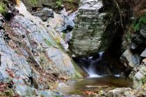 Obrovské balvany a kusy skal stržené vodou do koryta dávají tušit sílu jarních povodní