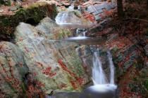 Údolí je úzké se strmými stěnami a tak cesta často vede nad říčkou po horní hraně mohutných stěn z lícovaných kamenů.