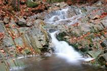 Někde teče voda volně po kamenném podloží