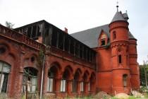 Budova sanatoria v novogotickém stylu připomíná pohádkový zámek