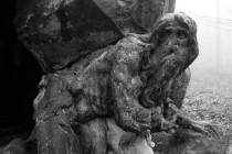 Garina vytesal Braun při umělé jeskyni, vyhloubené v mohutném balvanu a znázornil jej ve chvíli, kdy vylézá z temného otvoru a zděšeně se ohlíží. Brauna zaujal protiklad lidské bytosti a její zvířecí existence, který se zračí v úleku napůl lidském a napůl divoce přírodním. J. Neumann