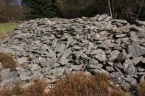 Agrární valy. Všudypřítomné hromady kamení, které vynosili hospodáři ze svých políček, dokládají nezměrnou dřinu krkonošského budního hospodaření.