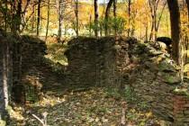 Z obytných domů zbyly jen hromady kamení. Výjimku tvoří mohutný mlýn.