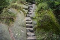 Do Mariánské jeskyně nás dovede nenápadné schodiště