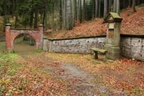 Ticháčkův les u Suchého dolu - dnes zapomenuté a katolickou církví nikdy neuznané místo mariánského kultu. Koncem 19. století sem putovaly statisíce poutníků.