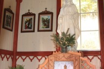 Interiér obnovené kapličky - na rozdíl od jiných kaplí je tato odemčená a volně přístupná, což jen dokládá vřelý vztah Suchodoláků k místu.