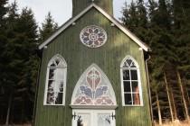 Ticháčkova kaple na místě zjevení se jmenuje podle majitele lesa, který poskytl na její stavbu zdarma dřevo.