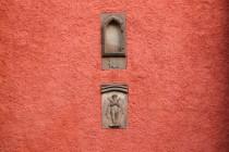 V jeho stěně je zazděné sanktuárium z původního gotického kostela a reliéf zbičovaného Krista držícího v rukou palmu a důtky