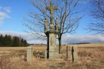V pravidelných rozestupech ji lemují kříže. K těm zachovalejším patří Cihlářův kříž.
