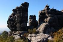 Zvětráváním pískovců vznikla na obou vrcholech skalní města a bludiště