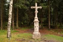 U Machovského kříže se cesta stáčí k Božanovu