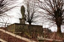Krásnou sochařskou práci bohužel poničili burani