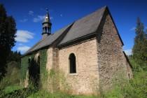 Jednou z prvních budov, které mineme za hranicemi při cestě do Okrzeszyna, je zchátralý renesančně-barokní kostel svatého Michala