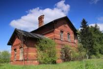 s krásnými nádražními budovami na dávno zaniklé železnici
