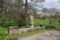 Kamenný barokní most (vyspravený betonem) s polámaným Jankem z Nepomuku