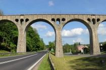 Slavný viadukt u Lewina má na délku 116 metrů...