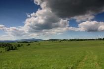 Krásná je zdejší pohorská krajina, ve které se motýlům daří...