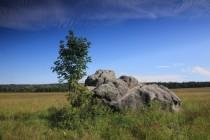 Nebe, tráva a kameny
