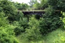 Dávno nepoužívaný silniční most přes zaniklou železnici ve Slonem