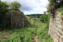 Pilíře zaniklého mostu přes železnici ve Slonem