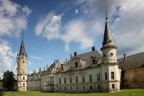 """Rozsáhlý barokní komplex z 18. století byl později přestavěn a doplněn klasicistními prvky a v ničem si nezadá s proslulými zámky """"šílených Ludvíků"""" v Bavorsku či Francii."""